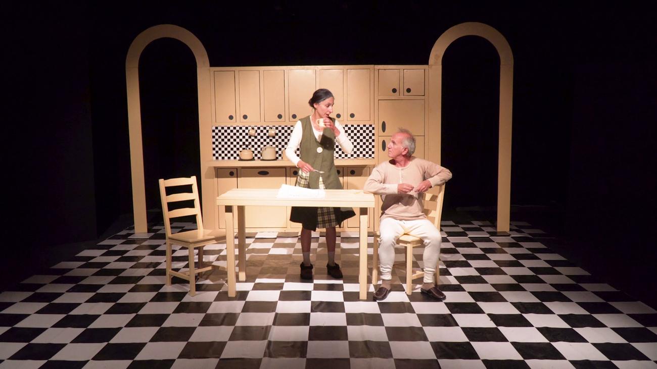 Το έργο«Η Γιορτή» τουSpiroScimoneέχει τη χαρά να παρουσιάσει η θεατρική ομάδαDUENDEστο κοινό της Ικαρίας.